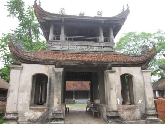 Trước cổng chùa chùa Đậu